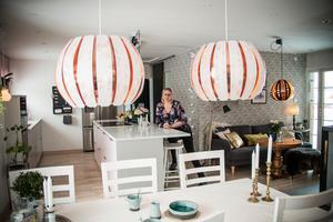 De två nytillverkade lamporna från Ikea blinkar till den danska 60-talslampan som hänger över pelarbordet.