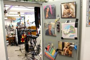 Vinylomslag med skönsjungande damer på dörren och en kreativ röra i replokalen.