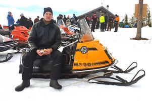 Arrangören Martin Jonsson njöt av en hamburgare vid Kolidenstugan.
