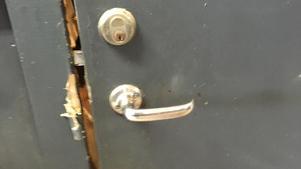 Tjuven eller tjuvarna bröt upp dörren till sadelkammaren.