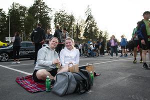 Efter målgången slog Eva och Astrid Svalfors sig ned på asfalten för en picknick.