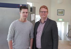 Tillsammans med kostchefen Christopher Nilsson lyckades Fredrik Rönning (S) nyligen bräcka ett av partiets vallöften när det stod klart att äldreboende Gläntan får ett tillagningskök redan i år.