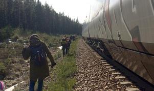 Efter cirka två timmar kom ett annat tåg för att hämta upp de 14 passagerarna. Foto: Lena Sundholm