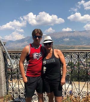 Susanna älskar att resa. Den senaste utlandstrippen gick till Albanien. Med på bilden är sonen Bobo.