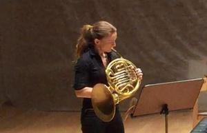 Annamia Larsson, spelar valthorn i Gävle symfoniorkester till vardags. På kammarmusikfestivalen Musik mellan fjärdarna hördes hon i flera solon.