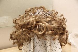 Ett diadem som tillsammans med en peruk gör sig bäst till 1980-talsklänningen.