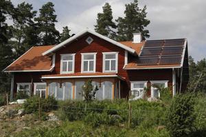 Solcellerna minimerar värmekostnaden. Det är bara på vintern som  ytterligare en värmekälla behövs.