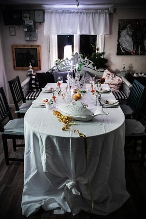 Om duken är tillräckligt lång kan man knyta en vacker knut i bordsändan och låta duken hänga ner på golvet.  Guldserpentiner  på bordet förstärker nyårskänslan.