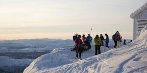 Skidåkare vid toppstugan på Åreskutan.