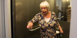 Viveca Rabenius berättar vad som hände i hissen, där hon omringades av tre för henne okända personer – som nu söks av polisen.
