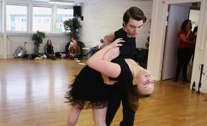 Jossefine Kåla och Erik Löfgren har dansat tillsammans i sex år. Att respektera varandras olikheter och lyfta den andra är framgångsreceptet. Se filmen med deras vinnande salsa på dt.se