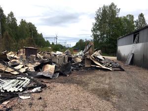 Av den stora förrådslokalen bakom strumpfabriken fanns bara förkolnade rester.
