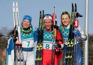 Krista Pärmäkoski, Marit Björgen och Stina Nilsson – silver-, guld- och bronsmedaljörer på damernas tremil under OS avslutande dag i Pyeongchang. Foto: Dmitri Lovetsky/AP