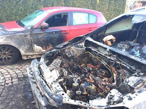 Två bilar totalförstördes i branden. Branden startade i motorn i förgrunden.