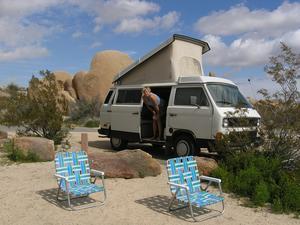 Kontor och bostad under månader i sträck har varit Volkswagens. Här på jobb i Joshua tree national park. Foto: Privat