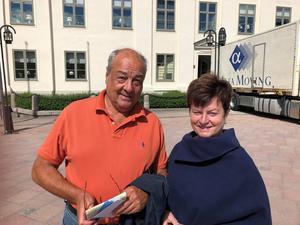 Norrköpingsborna Peter och Lisbeth Solmell besöker torget i Härnösand.