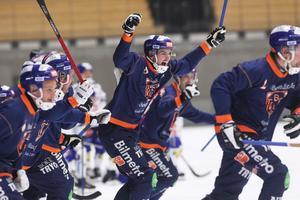 Anton Dahlberg jublar under World Cup i Sandviken där han var med och tog guld. Nu väntar seriematch mot tabelltrean SAIK.