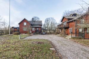 Gården kan användas som generationsboende eftersom det finns två bostadshus.