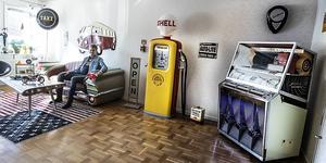 Här softar Uffe gärna på dagarna. Buddy Holly väller ut ur högtalarna på den stora jukeboxen.