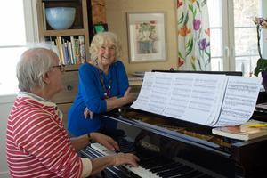 Lena Kristina och maken Toomas Tuulse passar ofta på att spela och sjunga tillsammans.– En av de bästa sakerna i mitt liv är att jag träffat Toomas, säger Lena Kristina.