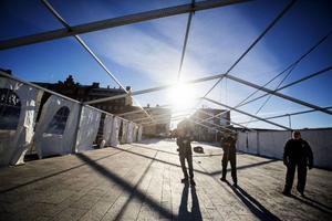 Under måndagen började Bluesfestivalens styrelse bygga upp Bluestältet på Stortorget. Här kommer en av festivalens scener att vara placerad.