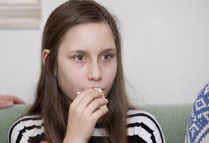 """Macka. Tindra måste äta minst var fjärde timme. Som diabetiker kan magsjuka vara ett problem för om man inte får i sig mat blir blodsockret så lågt att man svimmar och kan hamna i koma. När Tindra blir magsjuk måste hon därför läggas in och få dropp.""""Föräldrar tänker inte på det när de skickar tillbaka sina barn för tidigt till skolan efter de varit sjuka"""", säger Veronica."""