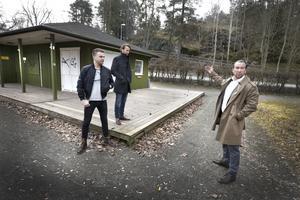 Här blir det bar och kafé. Jan Emanuel Johansson visar hur den nya uteserveringen i Societsparken ska byggas ut. Kollegerna Tobias Nilsson och Marcus Westin tror också på idén.