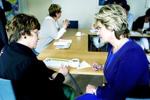 Kerstin Weivert berättade för Maria Larsson hur Gävle arbetar med anhörigstöd och annan förebyggande verksamhet.