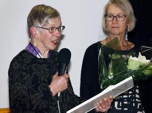 Kristina:Christina Bengtsson, 79, Oviken, fick årets kulturpris i Berg, som överlämnades av kulturchefen Gunhild Åkerblom.