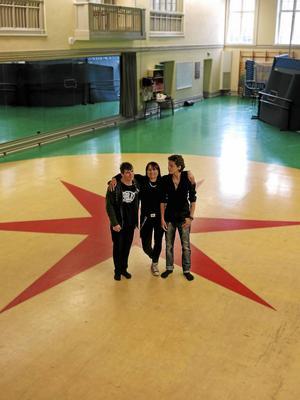 Cirkuslinjens två sista elever, Viktor Aspgård och Adrian Videla, flankerar en av lärarna; Anna-Carin Hedblom.