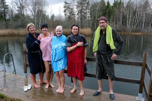 Sommarbaden tog inte slut för de kommunanställda Maud Karlsson, Jessica Larsson, Lotta Brandett, Karina Johansson och Göran Ekberg som varje tisdag tar ett dopp i Hästhagsbrottet.