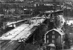 Ett magnifikt byggnadsverk kallade ÖP bron i maj 1971 och jämförde med amerikanska storbyggen. Till höger den gamla bron, som fick epitetet