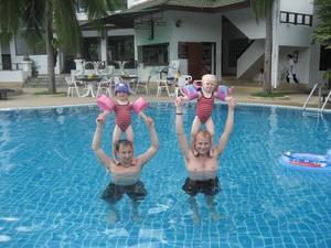 På semestern i Thailand passade 3 åriga Alwa Johansson och 2 åriga Elise Lindgren på att agera akrobater tillsammans med sina pappor Mattias Johansson och Adde Lindgren