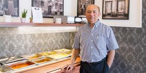 """Nu har den indiska restaurangen Grand Sultan med ägaren Syed Ali slagit upp portarna i Köping. Den ligger på Stora torget 3 och har lunchbuffé. """"Jag är nöjd om vi kan få 150 gäster om dagen"""", säger Syed Ali."""