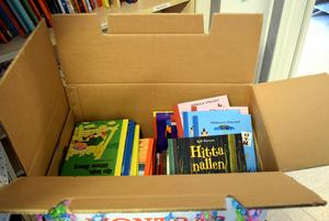 Skolledningen kom med presenter. Böcker till biblioteket.