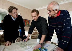 Från vänster iCA-handlare Göran Grundström, Ulf Carlsson, Trafikverket och Palle Sjölander, Sundsvalls kommun diskuterar planerade dragningar i södra Njurunda.
