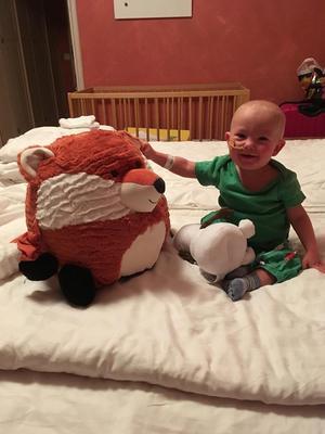 Foto: Privat Leonel isolerades så fort han kom till Karolinska universitetssjukhuset i Stockholm. Familjen fick under tiden mycket stöd hemifrån. Gosedjuret på bilden är en gåva från Moa Nygårds innebandylag.