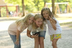 Kompisarna Tove, Molly och Alice löser deckargåtor tillsammans i Apladalen.