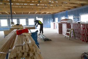 Arbetet pågår för fullt inne i tillbyggnaden.