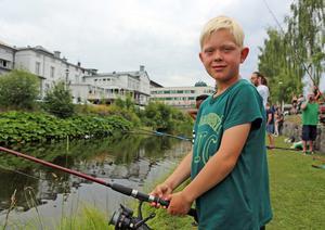 Emrik Söderström från Nyköoping är en hejare på att fiska. Häromdagen fångade han flera harr i Meåforsen och under måndagen blev det några mindre firrar i kanalen i Sollefteå.