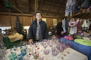 Mary Medin brukar ibland sälja sina målade glas på marknader. Lördagen var intensiv med mycket besökare, tyckte hon.