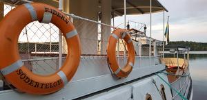 Ejdern har sex befälhavare och därutöver cirka 50 besättningsmän och kvinnor som avlöser varandra när fartyget går i trafik mellan maj och september.