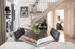 Köket  har öppen planlösning mot hall och vardagsrum men är ändå avskild. Bordet kommer från Lilla Möblemanget,  stolarna är från trendrum.se.