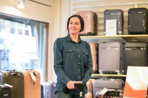 Inne i väskaffären Accent är butikschefen Annika Henriksson nöjd.