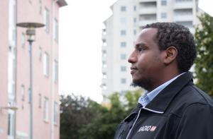 Abdullahi Abukar är en välkänd profil i Vivalla. En av få som höjer rösten mot makthavarna.