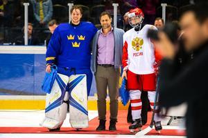 Hugo Alnefelt fick ta emot pris som den mest värdefulle spelaren efter finalsegern mot Ryssland.  Foto: Johan Löf/BILDBYRÅN