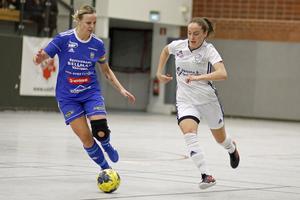 Norrby SK:s Elin Johansson och Östervåla IF:s Pernilla Andersson i kamp om bollen i seniorernas final.