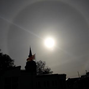Naturfenomen en stor halo kundes ses på himmeln ovanför Norrtälje kyrka den 4:e oktober. Foto: Rosanne Wikström