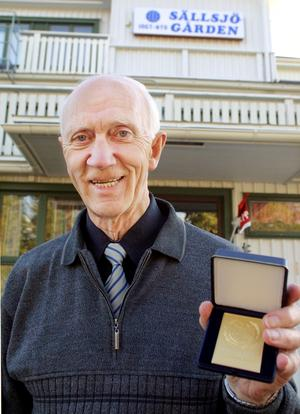 Bertil Gisslén tilldelades en guldmedalj under IOGT-NTO:s distriktsårsmöte i Sällsjö 2005. Foto: Jeanette Kurkkio