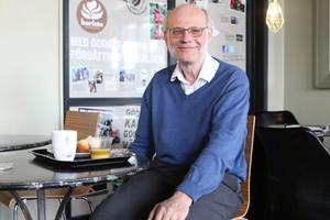 Ivar Karlsson jobbade tidigare med utlandstrafik inom SJ. Som pensionär är han delägare i Centralens Resebutik i Kalmar som drivits i privat regi sedan år 2000 när SJ la ner.Bild: Lindah Tisjö